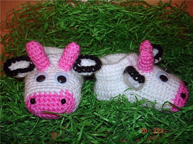 Вязать пинетки-коровки проще